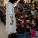 Τα παιδιά παρατηρούν μία παραδοσιακή στολή Σαρακατσάνας.