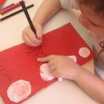 Για την κατασκευή του θυμόμετρου χρησιμοποιήθηκαν ανακυκλώσιμα υλικά. Τα παιδιά σχεδίασαν την κλίμακα των συναισθημάτων τους από την γαλήνη έως την οργή ζωγραφίζοντας φατσούλες θυμωμένες, οργισμένες, ήρεμες...