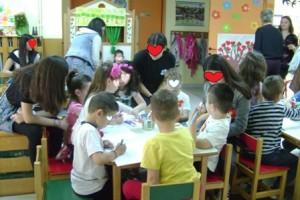 Μικροί και μεγάλοι μαθητές πραγματοποιούν κοινές κατασκευές