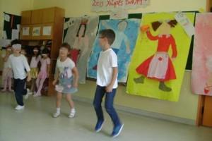 Κάποια παιδιά παρουσίασαν τον χορό του Ροκ εν Ρολ