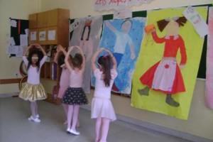 Μία ομάδα παιδιών έχει αναλάβει να παρουσιάσει το μπαλέτο