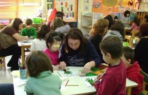 οι μαθητές μαζί με τους γονείς τους δημιουργούν τις δικές τους κάρτες