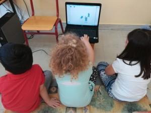 Οι μαθητές παίζουν με τις φιγούρες των Ηρώων του Μακεδονικού Αγώνα που οι ίδιοι δημιούργησαν.