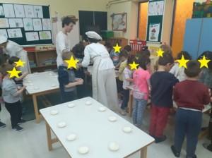 Τα παιδιά ζυμώνουν το δικό τους αληθινό ψωμί