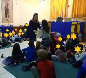 Τα παιδιά συμμετέχουν βιωματικά στην αφήγηση του παραμυθιού.